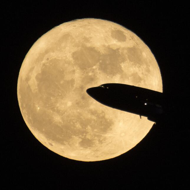 Foto de la 'Superluna' tomada desde el aeropuerto Ronald Reagan,...