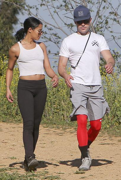 Zac Efron y Sami Miró salen a pasear con su perro