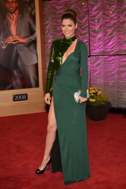 Ana Patricia arrasó con este vestido verde que dejó su pierna al descubi...