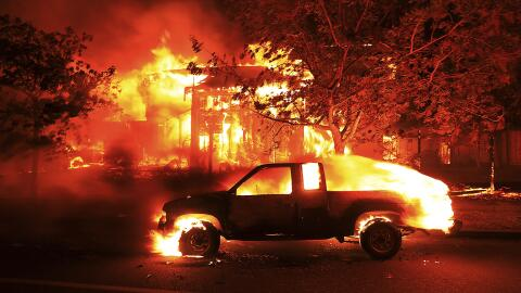 Una casa y un coche arden en Coffey Park, uno de los barrios más...
