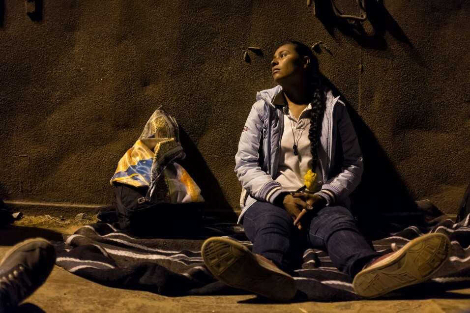 Celenia descansa después de unirse a la caravana en Guadalajara,...