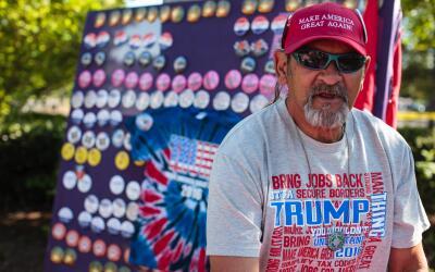 Vendedor de productos promocionales de la campaña de Donald Trump...