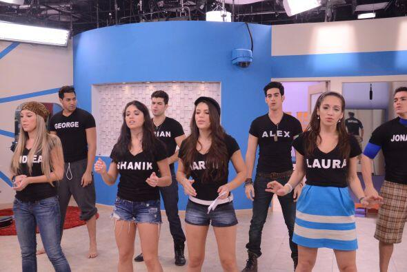 Laura, Shanik, Andrea y Marlin van al frente en la coreografía.