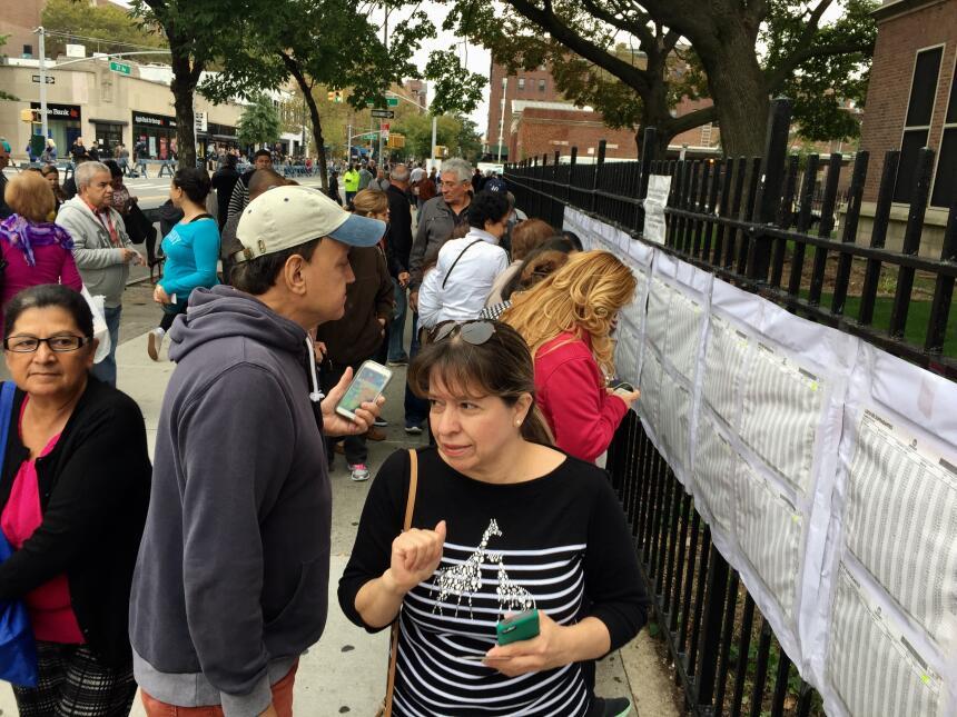 Los colombianos acudieron a la escuela pública PS69 para emitir su voto.