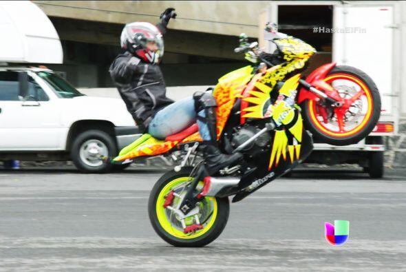 Manejó sin manos, levantó la moto y mucho más.