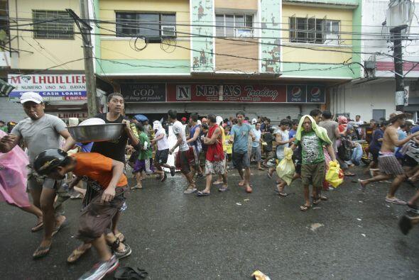 De los 800 mil evacuados, muchos han perdido todas sus posesiones y 330...