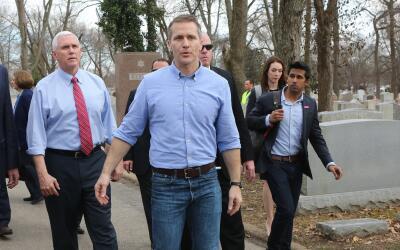 El gobernador de Missouri, Eric Greitens, junto al vicepresidente, Mike...