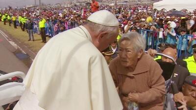 El Papa rompe el protocolo para estar cerca de los fieles
