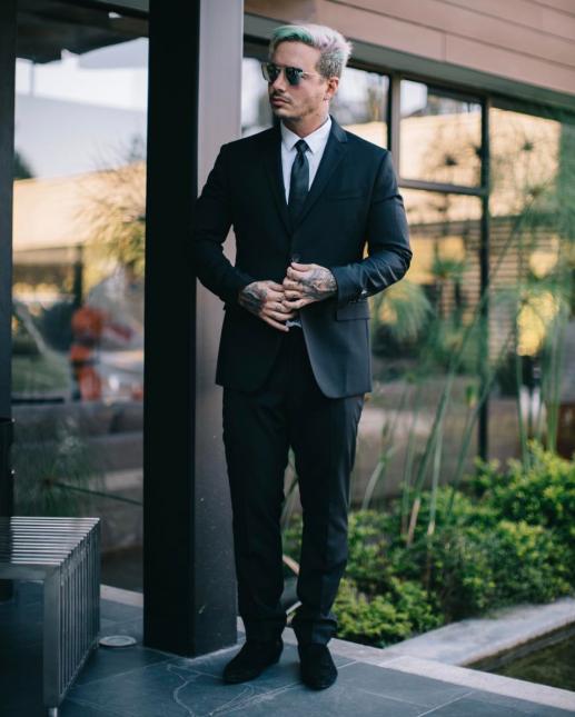 J Balvin se vistió de traje y corbata negra, como indicaba la invitación...