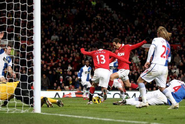 Dimitar Berbatov fue el hombre de la noche, convirtió 5 goles y se afian...