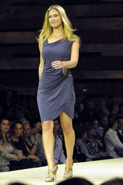 La novia de Leonardo DiCaprio, la modelo Bar Refaeli, recientemente pis&...