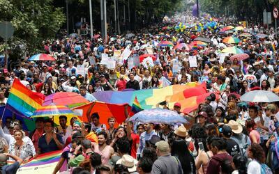 Miles se manifiestan a favor de la diversidad en la Marcha del Orgullo G...