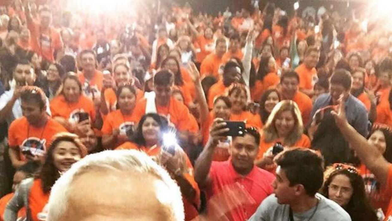 Jorge Ramos, junto a un grupo de dreamers reunidos en Houston.