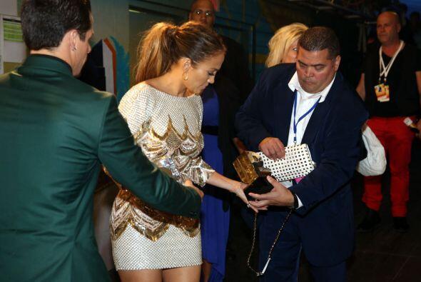 Le detuvo todos sus premios, bolso y más para que posara ante las cámara...