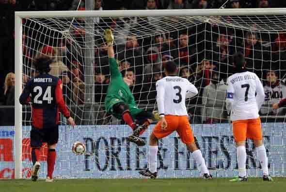 El Valencia consiguió un cerrado triunfo en Genova por 2-1.