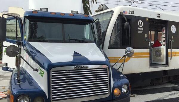 Tren de la nueva línea de Santa Mónica colisiona con un camión