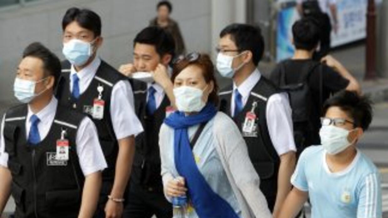 Por precaución, personas en Corea del Sur usan máscaras sanitarias tras...