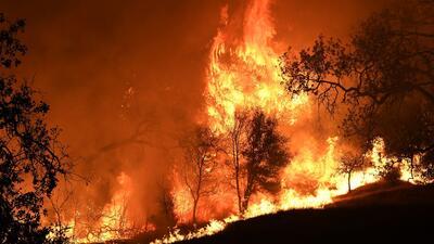 Miles de personas evacuadas, albergues llenos y autopistas cerradas, algunos de los efectos de los incendios en California
