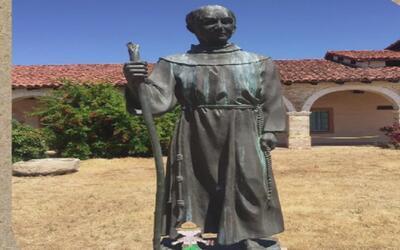 Rechazan la vandalización de una estatua de San Junípero Serra en Los Án...