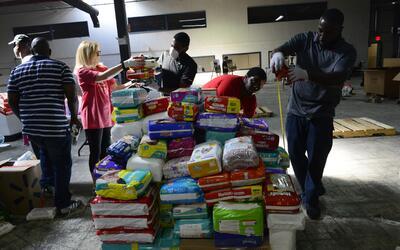 Toneladas de ayuda para las víctimas del huracán Mar&iacut...