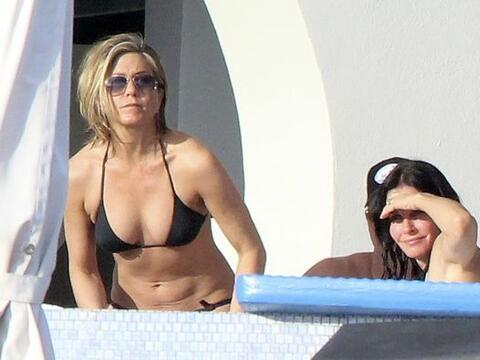 La famosa viajó a Cabo San Lucas con su prometido, Justin Theroux...