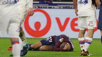 Kylian Mbappé yace en el césped tras un choque con el guardamenta rival...