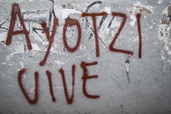Varias paredes fueron pintadas por los manifestantes, como esta en la qu...
