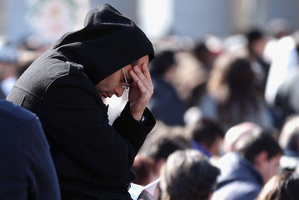 Un feligrés ora en la Plaza de San Pedro. Miles de peregrinos aplaudiero...