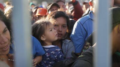 """Mientras Trump pide a la Corte Suprema que revise la prohibición de asilo, abogados tildan su política de """"inhumana"""""""