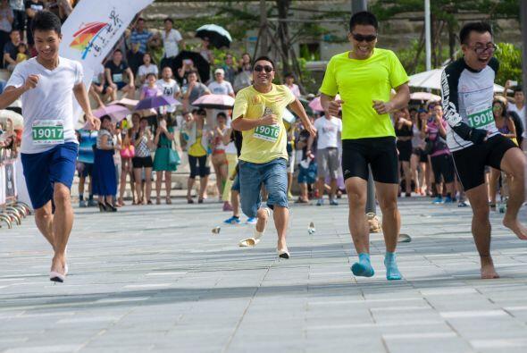 Este grupo de hombres corrieron una carrera en zapatillas, 'The Silly Run'.