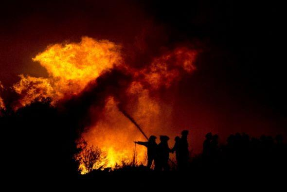Según la policía de Carabineros, el fuego se mantiene sin control en el...