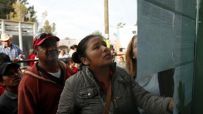 Entre la esperanza y la desesperación: así es el drama que viven familiares de víctimas de la explosión en México