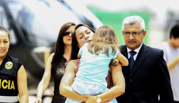 Rose Chacón tras recoger a su hija Adrianna Kent del helicóptero en Lima