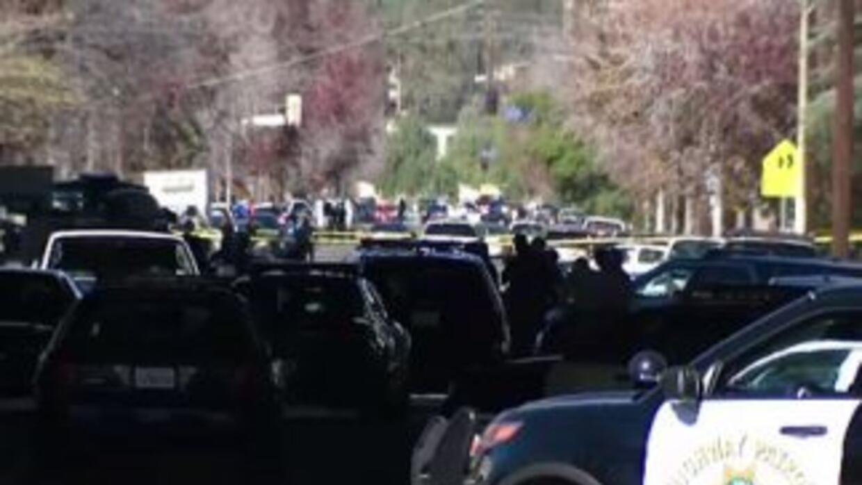 LAPD bloquea casas y escuela en Granada Hills durante la busqueda de sos...