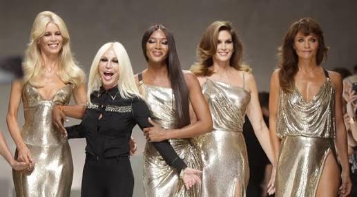 De modo sorpresivo, Donatella Versace ríe con las supermodelos al cerrar...