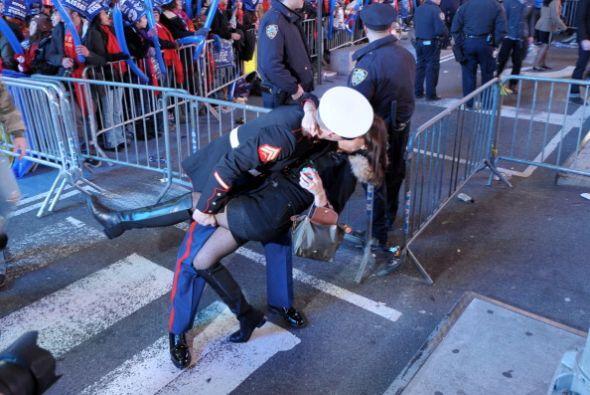 Esta pareja recibió el 2012 con un beso arrebatado en pleno Time Square.