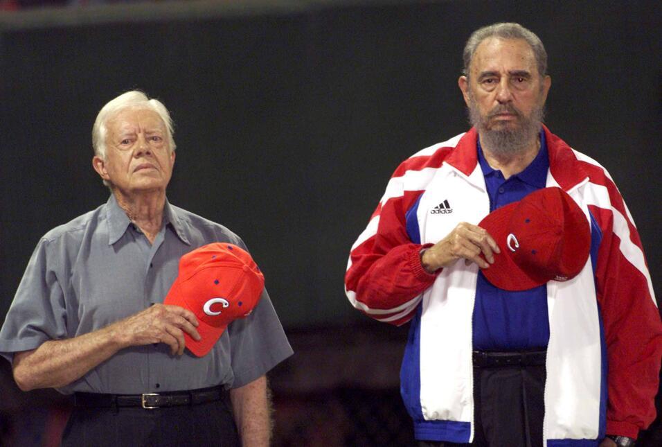 El expresidente de Estados Unidos Jimmy Carter (izda) y Fidel Castro (dc...