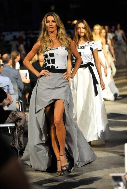 También hemos visto a Gisele modelando vestidos de noche elegantes.