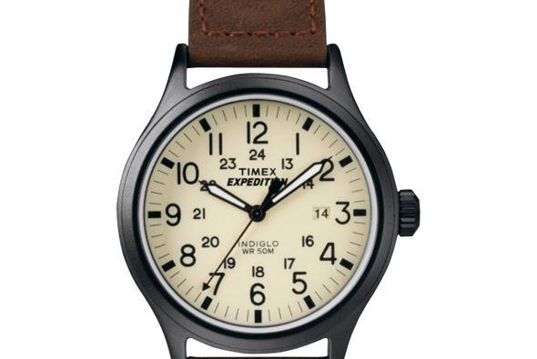 Este bonito reloj Expedition Scout con manillas en piel color café, armo...