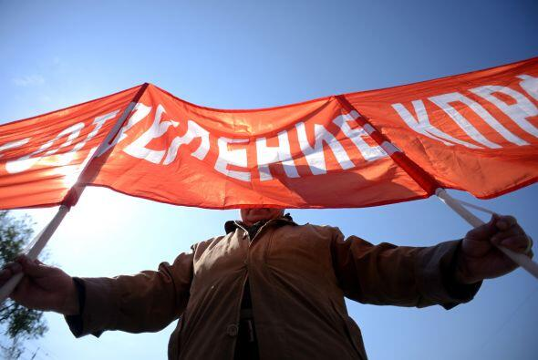 "Pero así como hubo apoyo a Putin, otros mostraban las leyendas ""Paz, Tra..."