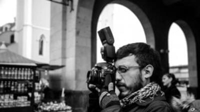 Rubén Espinosa desempeñando su trabajo como fotoperiodista. Fotografía c...