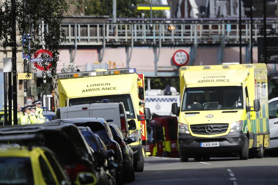 Numerosas ambulancias llegaron al lugar del incidente para atender a los...