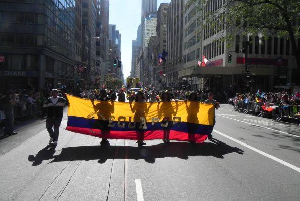 Familias hispanas desfilan por la 5ta Avenida 61a97754a4b04801b91aabb139...