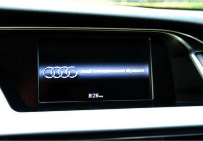 La pantalla de la consola muestras las funciones de GPS, Bluetooth, sist...