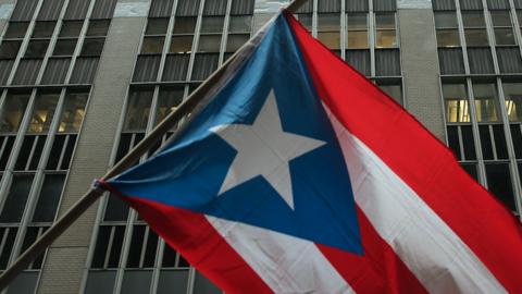 Bandera de Puerto Rico durante una manifestación contra Wall Stre...