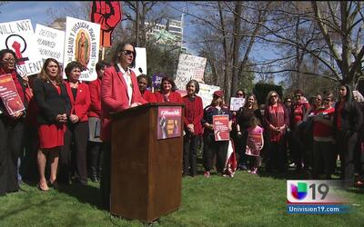 Cientos de mujeres se manifiestan frente al capitolio estatal en el Día...