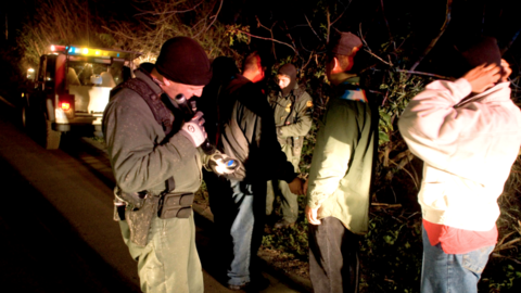 Agentes de la Patrulla Fronteriza detienen a migrantes que cruzaban de m...