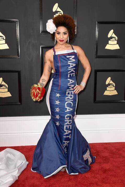 La cantante Joy Villa apareció en la alfombra roja con una capa blanca y...