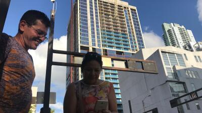 A falta de luz en su residencia, los colombianos Jorge Domínguez y Yolan...