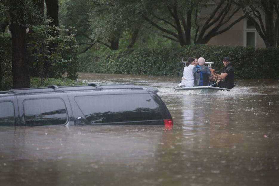 Las evacuaciones en lanchas no paran en Houston.